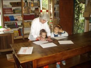 A diretora Anna Maria ministrando aula da alfabetização