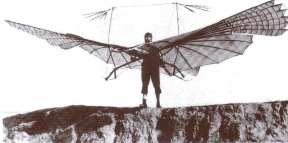 """Otto Lilienthal, em tentativa frustada de voo com par de asas motorizadas, 1894. Antes dos irmãos Wrigth, ele já """"voava"""" arremessado por catapulta."""