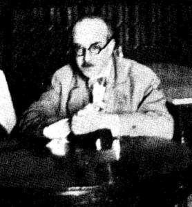 """O poeta à mesa do Café Martinho da Arcada, após premiação de seu """"Mensagem""""."""