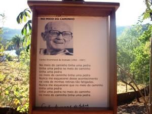 Quadro-Poema a figurar na 'Estradinha Carlos Drommond', em 'Ninho das Pedras'.