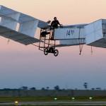 Réplica perfeita do XIV-BIS em voo soberano no aeroporto de Caldas Novas (GO), pilotado por Alan Calassa, construtor do aparelho